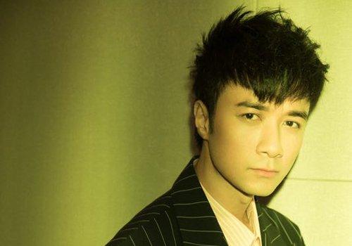刘海短碎发发型,将长脸完美修饰的同时,中年男士看起来仿佛年轻好几岁图片