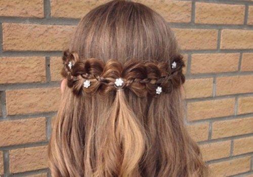 女生空气刘海交叠编发公主头发型,给后背上的头发做成大卷 烫发设计图片