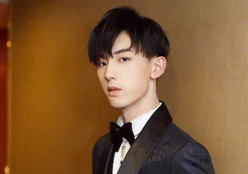 这款男生黑色偏分斜刘海短发发型,很适合额头或是发际线高的方脸男生图片