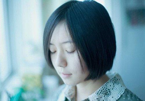 女生包脸纹理烫 直发发型,给眼角两侧的头发分别做成碎发,短发发型图片