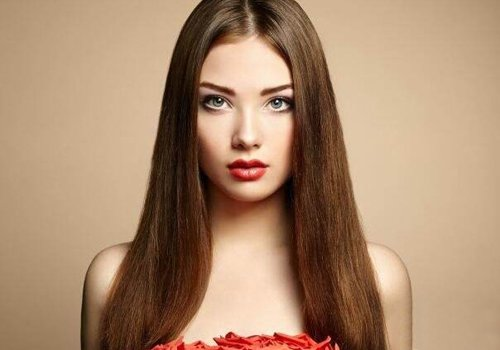 女生中分柔顺直发发型图片