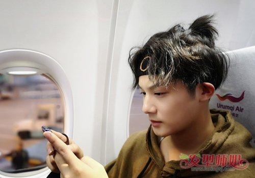 将发旋周围的头发聚拢在一起,用皮筋扎成马尾辫,其余头发包括刘海自然图片