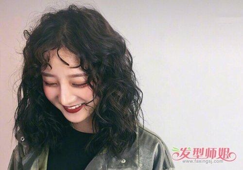 ins上超火的女生长发泡面头了解下 2019女生泡面卷发型做个韩范儿小姐图片