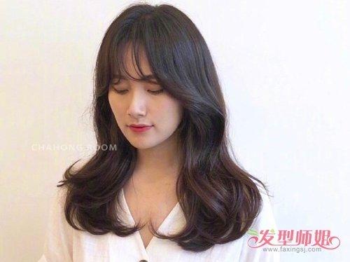 女生空气刘海外翻卷 烫发发型,在肩膀上梳起来的头发,有着比较细碎的图片