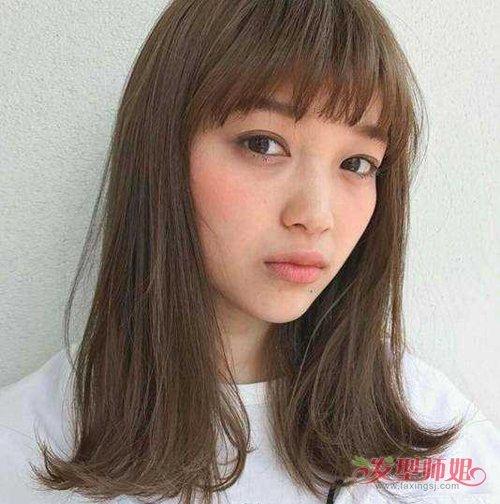 女生碎发刘海中长发发型,翘发尾可以拥有齐肩发外翻卷的特色,有尖尖的