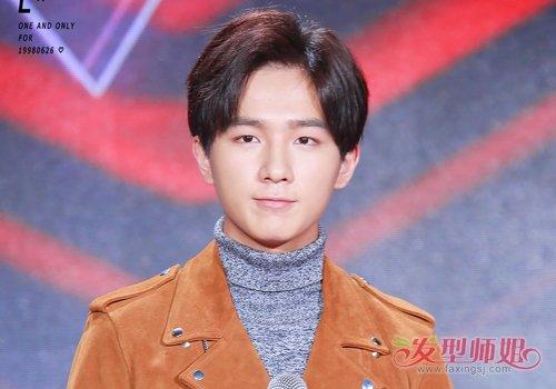 韩国男生也不在迷恋蘑菇头 19年韩国年轻男生流行梳三七分短发大气不失可爱