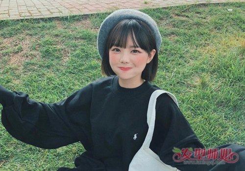 可爱阳光的胖圆脸女学生很适合梳日系短发发型哟,将厚厚的头发剪短到图片
