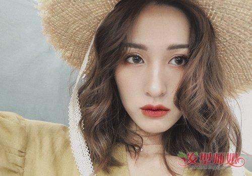 大脸女生中分卷刘海披肩发发型图片