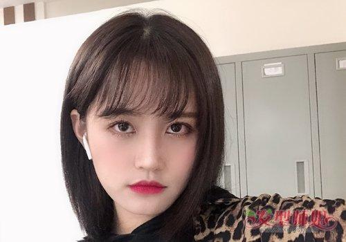 圆脸大的姑娘梳中短直发发型,可以不将头发弄得很复杂,但是刘海可不图片