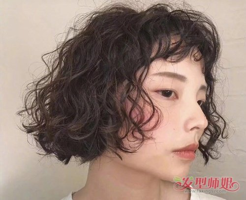 新款女生爆炸头短发低调更时髦 头发少女生完全可以get款日常梳理
