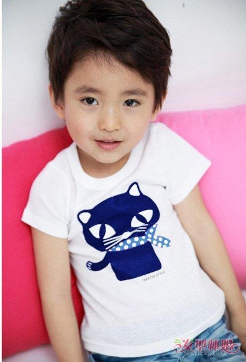 2岁男宝宝剪帅气短头发发型图 灿烂阳光示范孩子的短头发打造图片