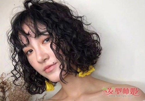 发型设计,在下半截的头发梳成内扣的碎发曲线,女生空气刘海短发烫发图片