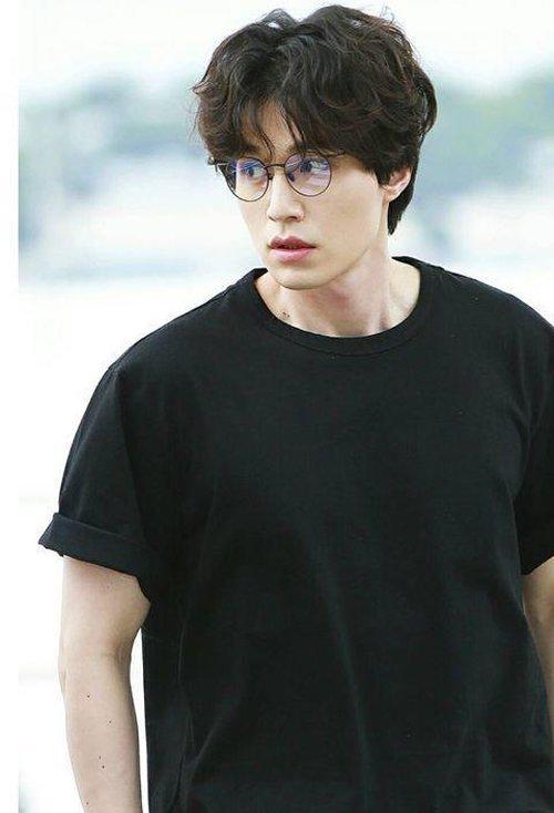 要选择脸颊两侧有头发的造型,比如这款偏分的韩式水波纹烫发发型,齐