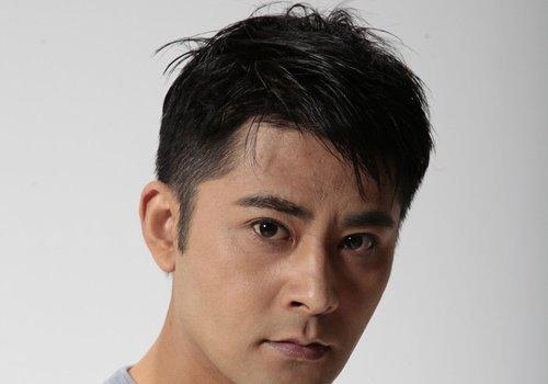 男生做有刘海的短发发型,鬓角头发直接剃掉,也不影响男生发型的时尚图片