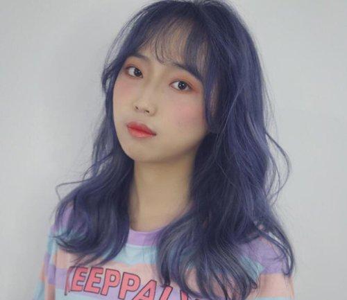 现在流行焗什么色的头发 女生染蓝色紫色头发浪漫神秘图片