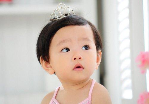 小女孩偏分短发发型