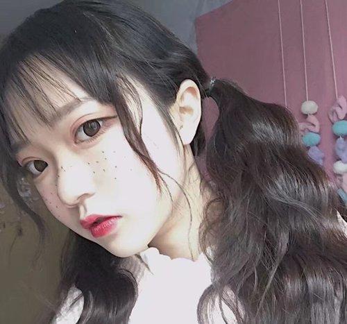 女生空气刘海双扎马尾辫发型图片