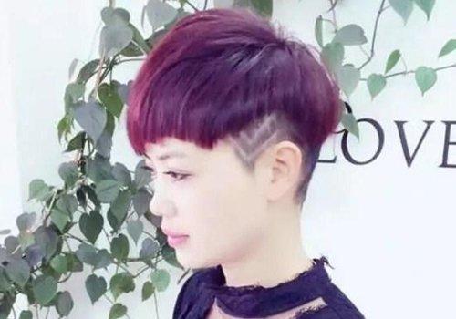 有强烈的蓬松感搭配,女生刻痕效果的 纹理烫短发发型,把鬓角的头发图片
