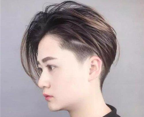 做个剃鬓角后梳短发 直发发型,鬓角头发剃掉之后,发顶上的头发从前向图片