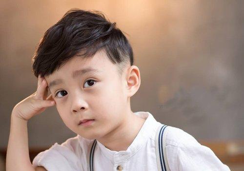 小男孩渐变式偏分 短发发型设计,耳朵外围的头发是渐变式效果,发顶上