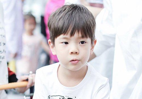 3岁男童齐刘海短发直发发型