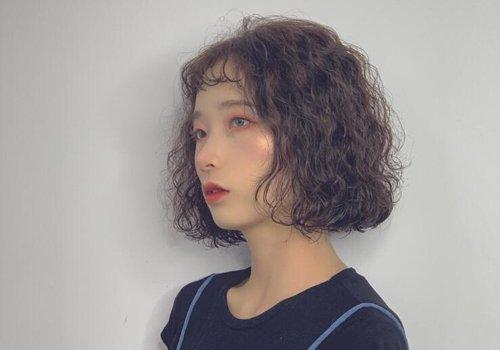 女生眉上刘海满头卷短发发型图片