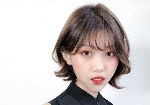 发型设计 短发 >> 今年备受30岁女生好评的短烫发在这里 优雅时尚不显图片
