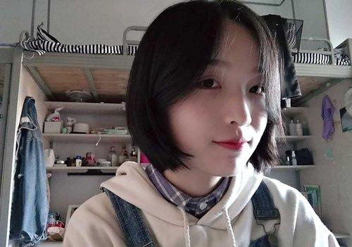 短发两侧的弧线比较精致,学生适合做的发型中,空气刘海对称短发发型
