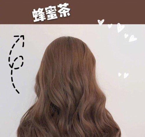 头型圆圆的梳过去,蜂蜜茶色的大卷发烫发发型,把发顶上的头发梳的