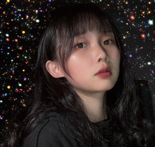 大脸女生齐刘海露耳中长发发型,把黑色的头发做成漂亮的小号 卷发, 中