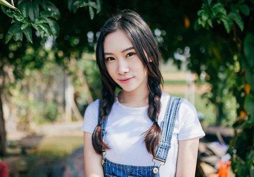 女生中分刘海双编麻花辫发型