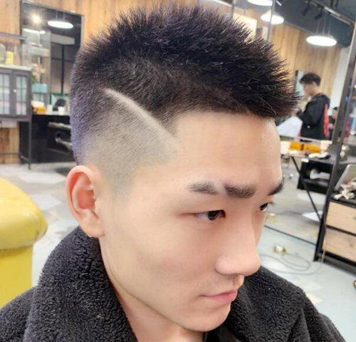 发型梳男  2019年4月25这种两边铲发型最适合年轻男生,两边简单铲平就