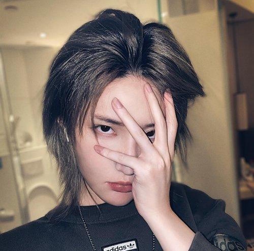 发型脸型 小脸 >> 适合小脸女生的可爱时尚刘海短发 没有大额头的小脸