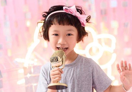因为5岁小女孩的头发不是很多,因此妈妈把女儿的齐耳短发烫卷打理