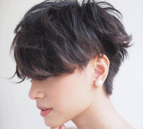 女生个性短发发型设计,偏分后的头发梳起来很有流畅感.