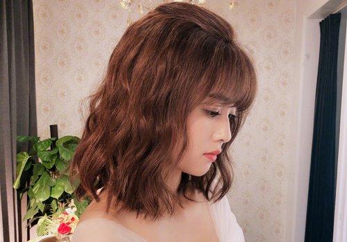 大脸女生短发新流行  中年女士的脸型有点大,只要是因为额头太高,因此