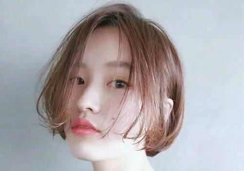 想了解方形脸适合发型有哪些 却发现短发拉直对方脸女生修颜有帮助