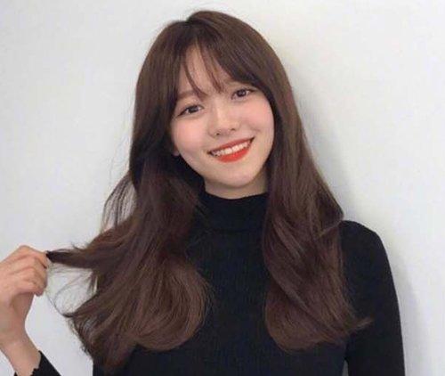 圆脸女生刘海�yg�_2020年韩国女生流行的八字刘海中长卷发发型,让长圆脸女生看起来甜美