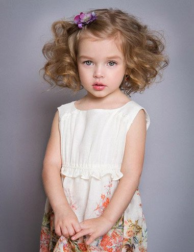 在给小孩子扎头发的时候,妈妈的心思用了多少是一眼就能看穿的哦.图片