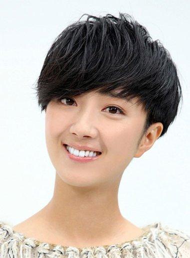 女生卷发图片中短发蘑菇头型 齐刘海露耳蘑菇头短发
