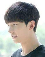男生圆脸超好看的短发发型 圆脸适合的男生短发发型图