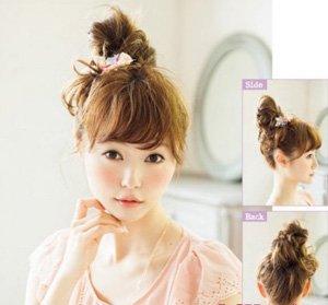 试试看打理这款盘头发学生头型吧,简单丸子头造型,通过巧妙的扎发手段