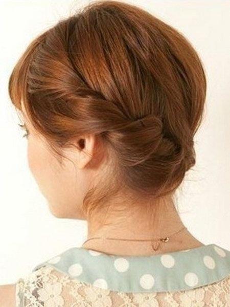 年龄决定了扎头发的节奏,五十岁的中老年女士,梳头发普遍会用盘发来