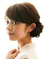 中年妇女有刘海盘发 长刘海简单盘发