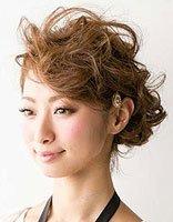 短发可以盘上面发型 短卷发盘头发型步骤图片