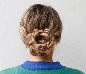 中年人适合盘什么发型 冬季中年人简单盘发发型扎法