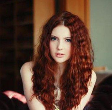 中分小卷泡面发型适合圆脸宽额头吗 适合圆脸的小卷卷发发型