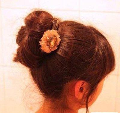 简单蓬松的丸子头扎法: 1,用皮筋扎出一个高高的马尾辫发型,至于图片