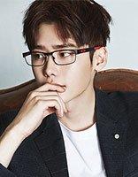 戴眼镜的男生唯美发型 男生留什么发型最帅气
