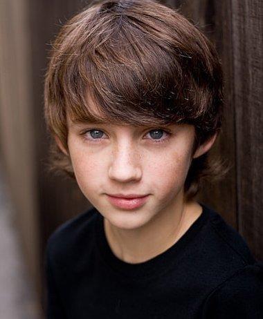 适合13岁头发有点卷的男生发型 2017潮流13岁男生发型